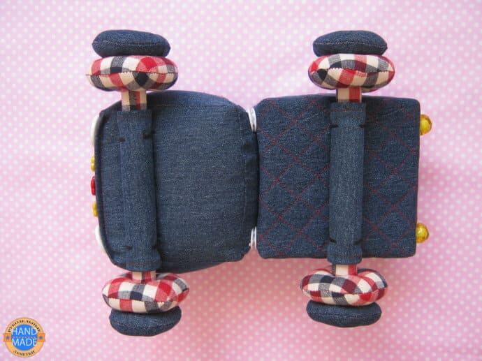 игрушечный грузовик из ткани