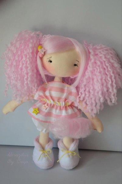 текстильная кукла с розовыми волосами