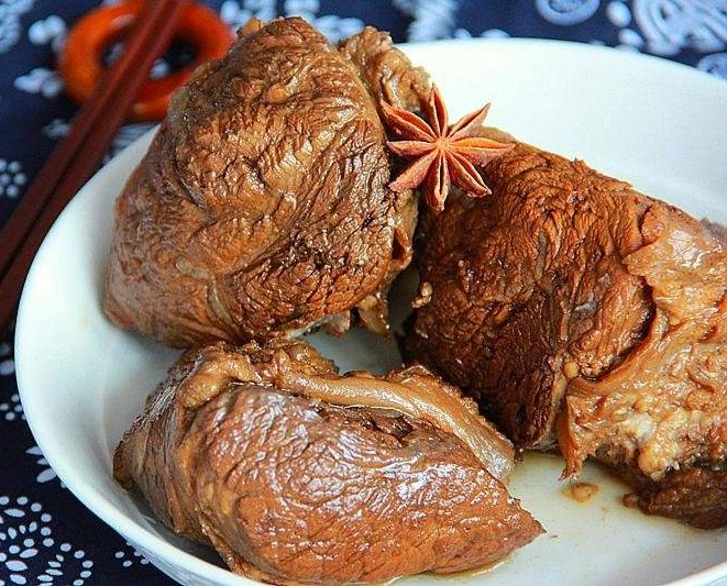 фото тушеная говядина с клубникой, боярышником и дягилем