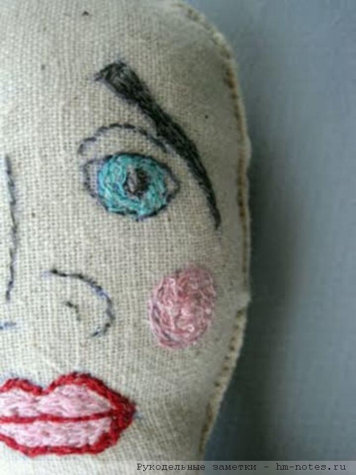 кукла с грустным лицом