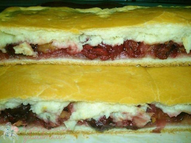 пирог с фруктово-ягодной начинкой из слоеного дрожжевого теста