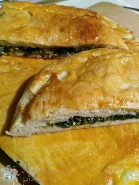 Пирог со шпинатом и яйцами. из слоеного дрожжевого тееста