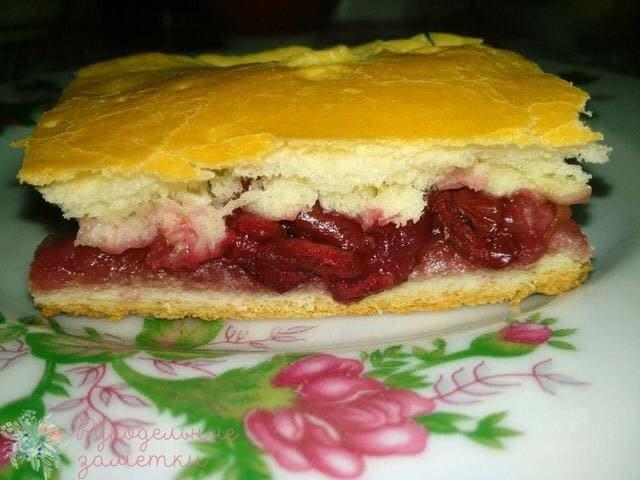 Пирог с вишней и яблоками из слоеного дрожжевого теста.