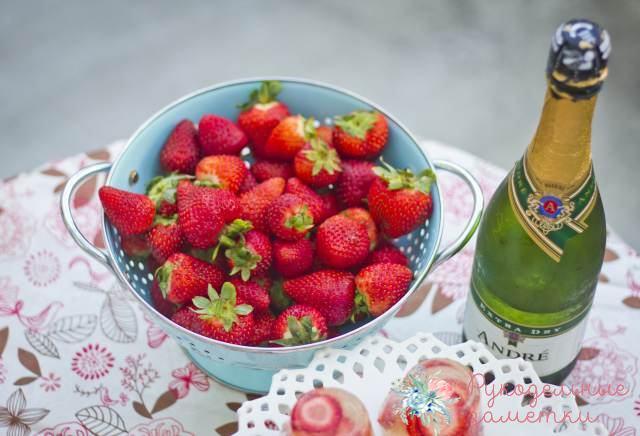 Легкий десерт с клубникой и шампанским