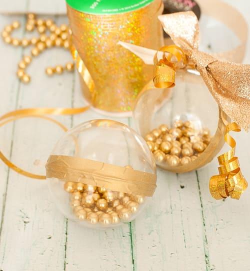 Шары на ёлку с золотыми бусинами