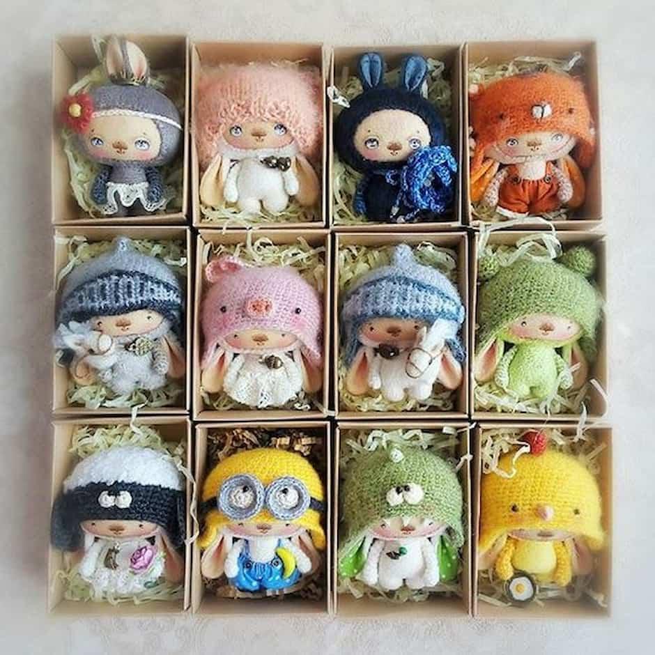 набор игрушечных зайцев в коробке