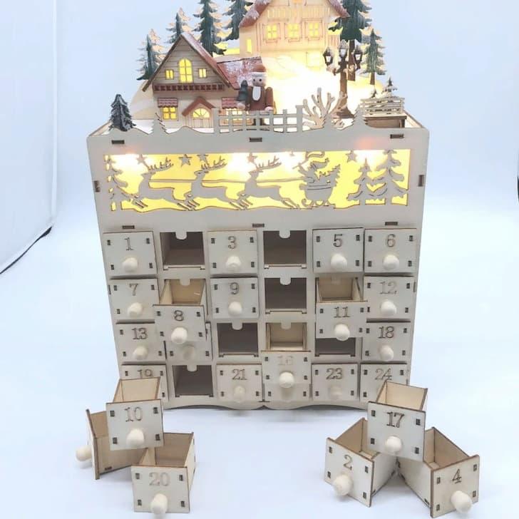 Деревянный рождественский домик с подсветкой